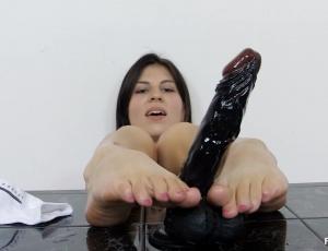 Czech ragazza amatoriale bare piedi e piedi sfoggiano